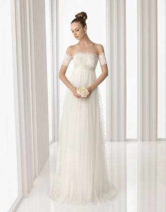 made this bride look like a floating angel, don't you think? It is so  light and with smooth texture, and the big belt brings the eyes to the  waistline