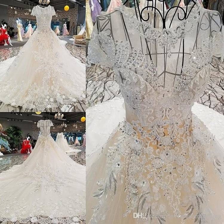 Although many people choose to stay in a traditional style wedding dress,  there are many beautiful lace wedding dress style looks like a replacement