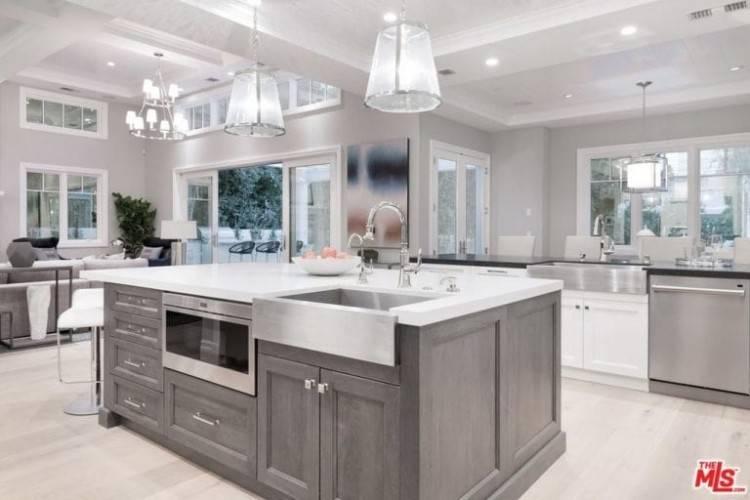 Traditional White Kitchen Design