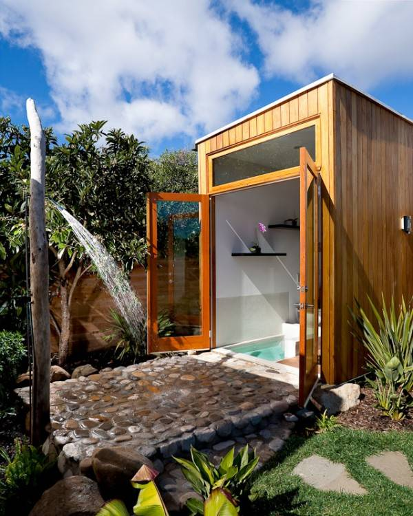 Outdoor shower area is simple and stylish [Design: Terra Rubina]