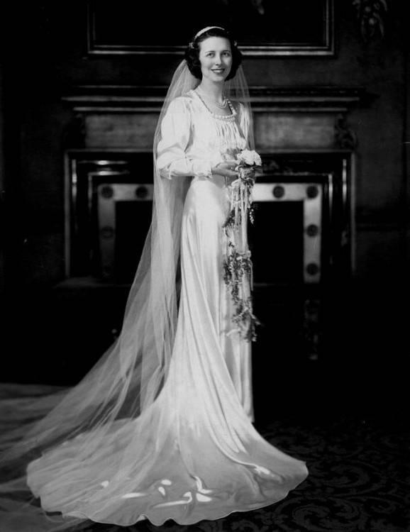 3D Flowers Tulle Spaghetti Straps Neckline Ball Gown Wedding Dress