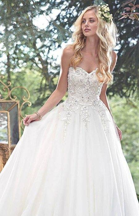vintage inspired wedding dresses, young woman with 1920s style hair and a white hair ornament 60+ Vintage Wedding Dresses to Fall in Love With