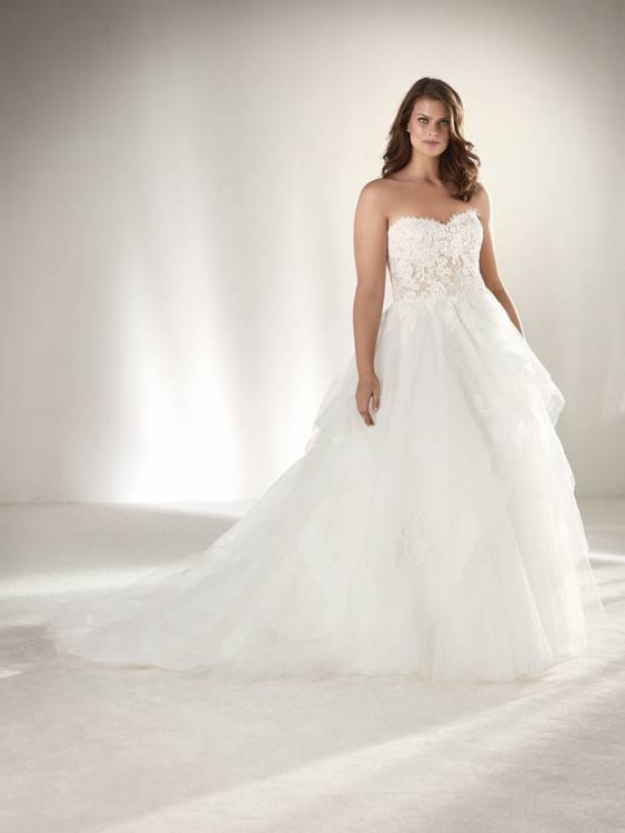 Curvy bride can be a princess in a plus size bridal gown from #studiolevana