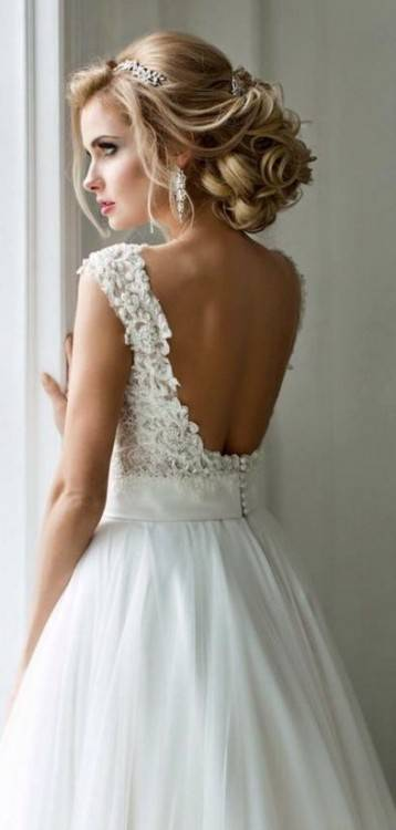 Woman with blond hair, wears in a wedding gown